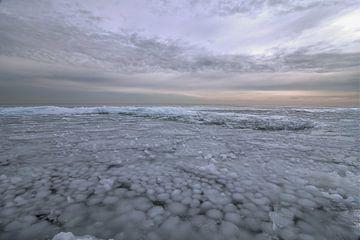 IJslandschap Markermeer met kruiend ijs van FotoBob