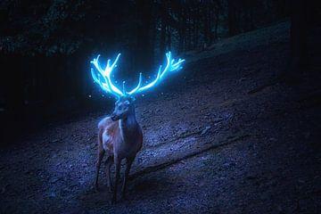 Hirsch mit leuchtem blauen Geweih