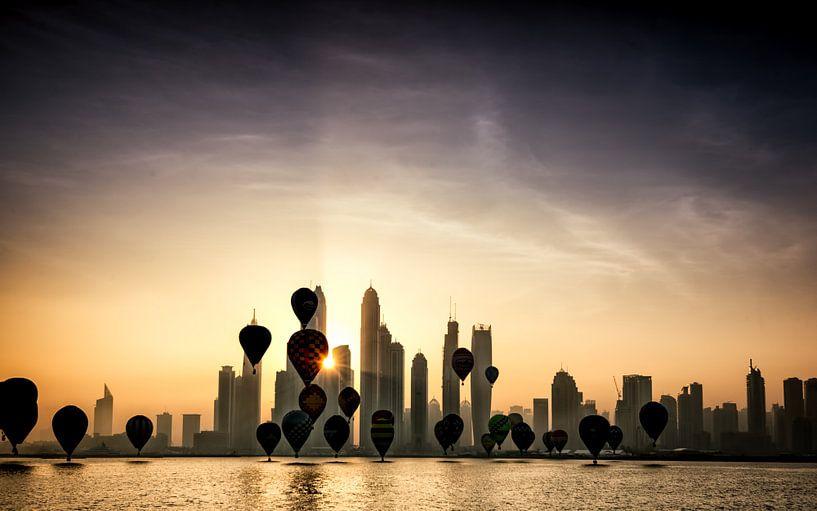Hot air balloons over Dubai van Martijn Kort