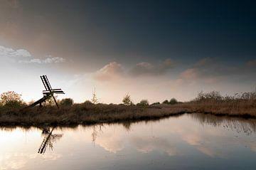 Oude windmolen in waterrijke natuur van Richard Zeinstra
