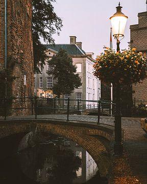 Brücke über einen Kanal in den Mauerhäusern von Amersfoort von Michiel Dros