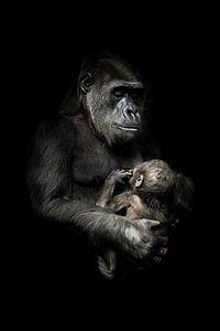 zartes Äffchen mit einem Baby im Arm. Gorilla-Affenmutter (oder ihre Schwester) stillt ihr kleines B