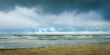 Dreigende Lucht boven een Kalme Zee (4) van Dirk Huckriede