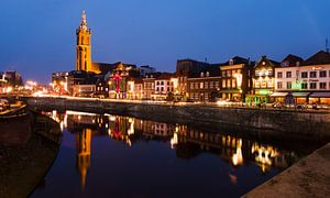 Sfeervolle avond op de Roerkade in Roermond. van