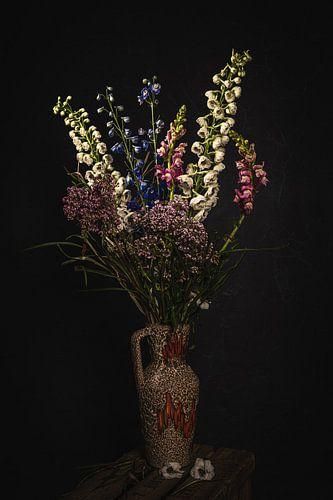 Stilleven met bloemen tegen een donkere achtergrond