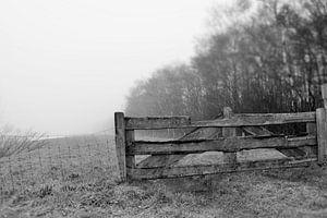 landelijk hek in zwart wit van Jos Broersen