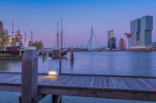 Skyline Rotterdam in de avond van