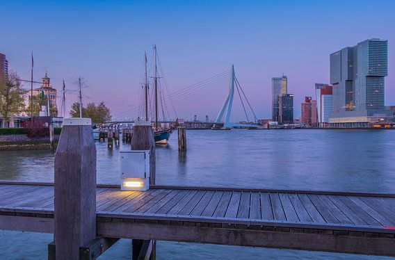 Skyline Rotterdam in de avond van Jelmer van Koert