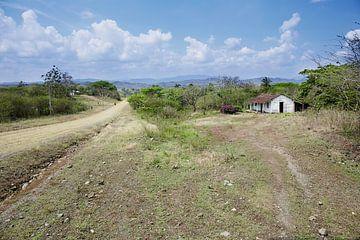 Panoramisch uitzicht op de bergen en het landschap in Cuba van Tjeerd Kruse