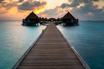 Waterbungalows in de droomachtige zonsondergang op de Malediven van Christian Klös