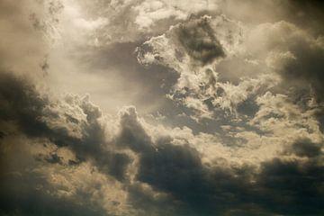 Mooie wolken door de zon uitgelicht van Abra van Vossen