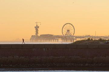 De Pier in Scheveningen in het Golden  Hour... van Micky Bish