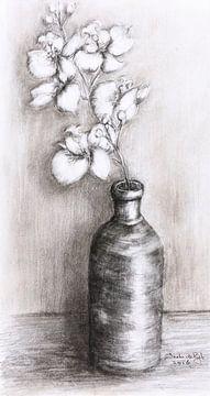 Vaasje met witte orchideetjes. van Ineke de Rijk