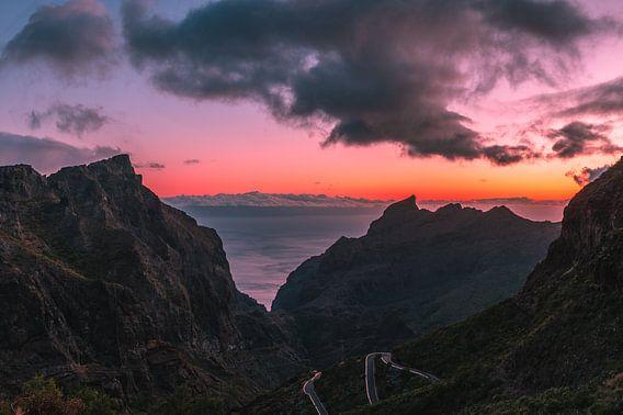 Sunset in the valley van michael regeer