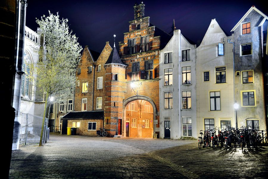 Sint Stevenskerkhof Nijmegen in de avond.