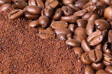 gemalen koffie en koffiebonen von Arjan Bijker