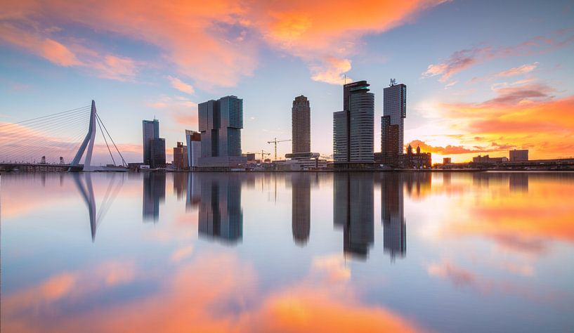 zonsopkomst kop van zuid rotterdam van Ilya Korzelius