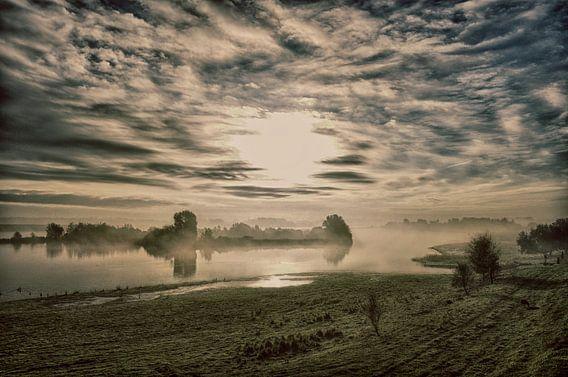Waterkant bij mist van Remco Weterings