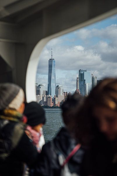 One World Trade Center vanaf de ferry naar Ellis Island van Bas de Glopper