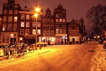 Besneeuwd Amsterdam in Nederland bij nacht van