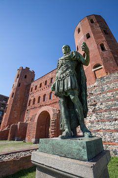 Cesar voor de Romeinse Palatine poort in centrum van Turijn van Joost Adriaanse