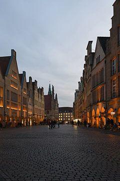 Münster, Prinzipalmarkt op het late uur in atmosferisch licht, NRW, Duitsland. van wunderbare Erde