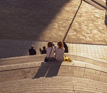 Frauen entspannen sich auf dem Jaarbeursplein in Farbe von Bart van Lier