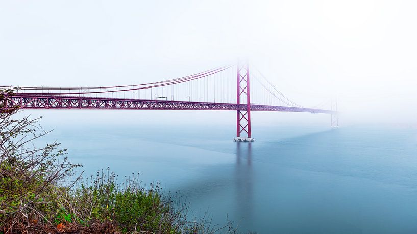 Ponte 25 de Abril Disappearing in fog, Lisbon, Portugal van Madan Raj Rajagopal