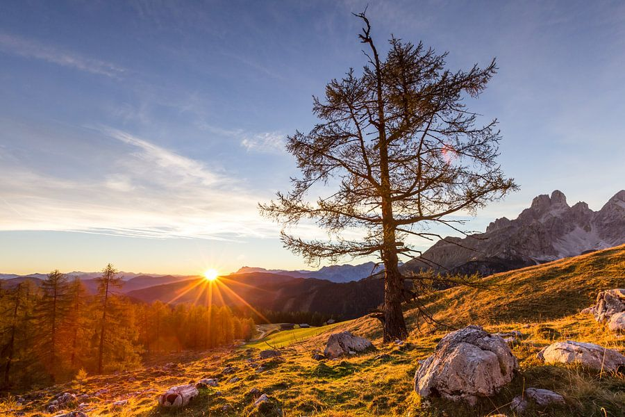 Bergweide met zonsondergang