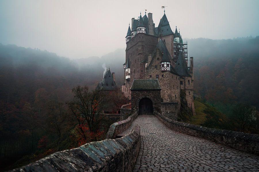 Mistige ochtend bij Burg Eltz in Duitsland
