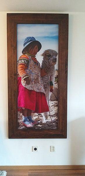 Klantfoto: Bolivia, klein meisje met Alpaca van Tanja de Mooij