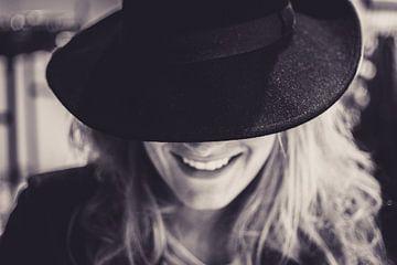 Mit Gesicht bedecktes Lächeln von Koen Bluijs