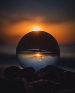 Sunset crystal ball van Sandra Hazes
