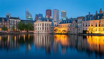 Blick auf den Binnenhof und das Mauritshuis am Abend von OCEANVOLTA