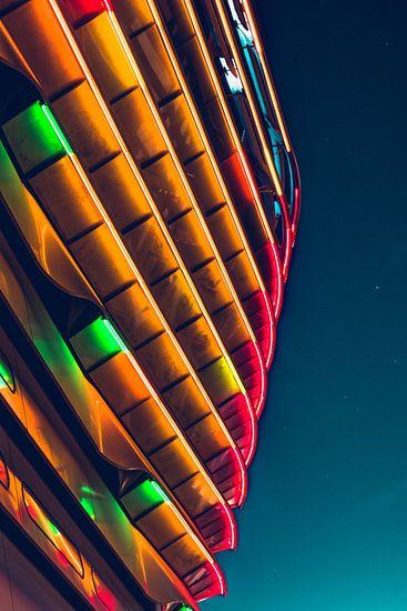 Neon lichten in het donker van Wahid Fayumzadah