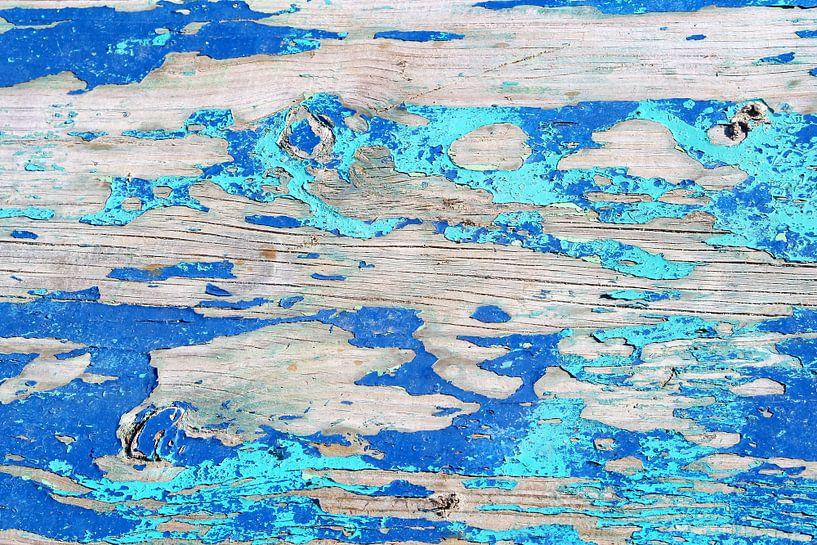 Oud afgebladderd hout in blauw turquoise kleuren van Inge Hogenbijl