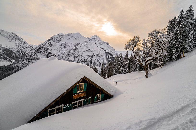 Ingesneeuwd huisje in Oostenrijk van Ralf van de Veerdonk
