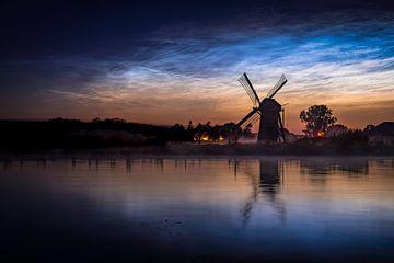 Nachtwolken mit Windmühle von Sander van Driel