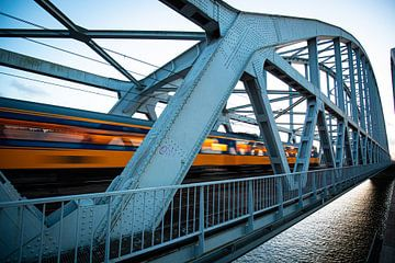 Une interurbaine sur le pont ferroviaire entre Weesp et Diemen sur Stefan Verkerk