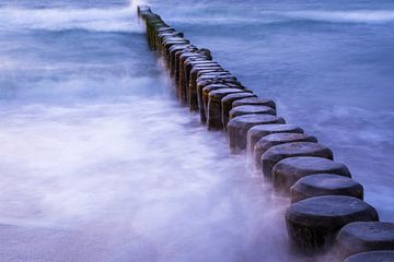 Buhnen in den Wellen der Ostsee von Tobias Luxberg