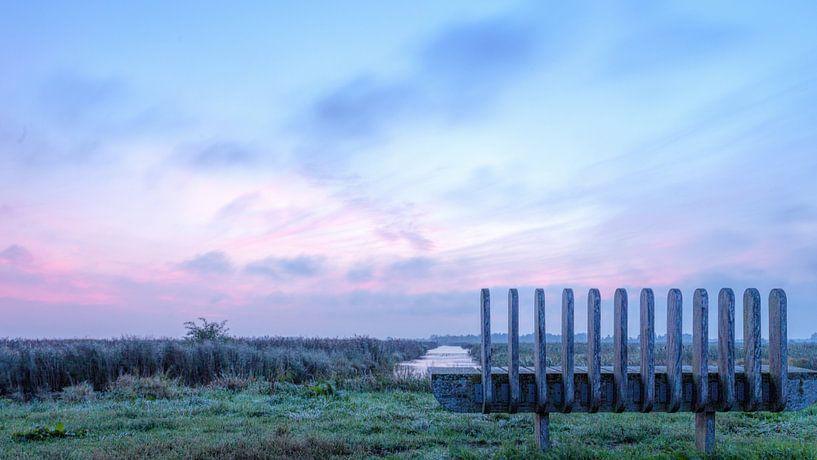 Een bank met uitzicht in De Onlanden over water van R Smallenbroek