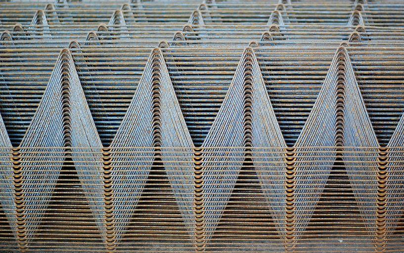 Abstract patroon in draadstaal van Annemie Hiele