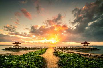 Weg zum Sonnenaufgang über dem Meer mit Tempel ähnlichen Bauwerk von Fotos by Jan Wehnert