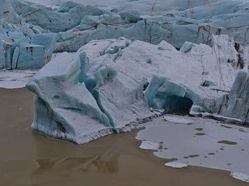 Svínafellsjökull - afbraakrand met grot van Timon Schneider