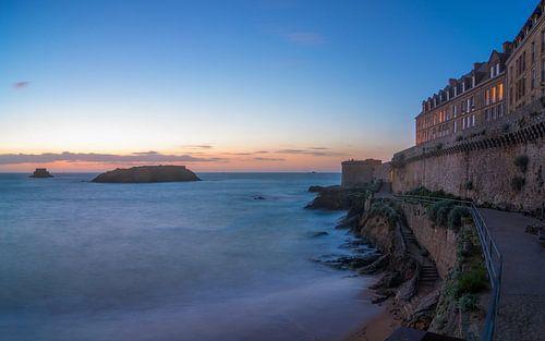 Saint Malo, de zee en haar stadsmuur vlak na zonsondergang van