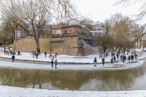 Bolwerk Sonnenborgh in winterse sfeer met schaatsers, Utrecht.