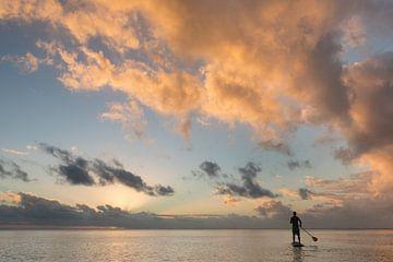 Stand Up Paddling bei Sonnenuntergang, Aitutaki von Laura Vink