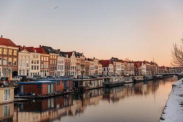 Häuser entlang des Kanals in Middelburg von Percy's fotografie