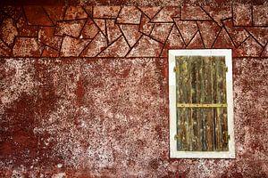 Fensterladen an roter Wand