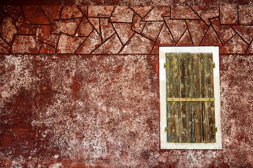 Fensterladen an roter Wand von Andreas Müller